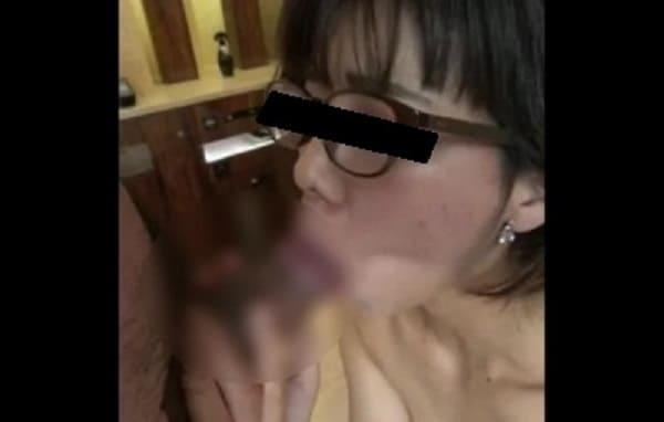 【個人撮影】嫁のママ友である地味なメガネ人妻を寝取ってハメ撮りした動画をSNSに投稿したガチ動画がこちらwww