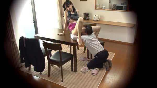 【人妻NTR】妻の浮気を疑い、家に隠しカメラを設置したら中年男に寝取られ中出し種付けされて歓喜する熟女妻の姿が…