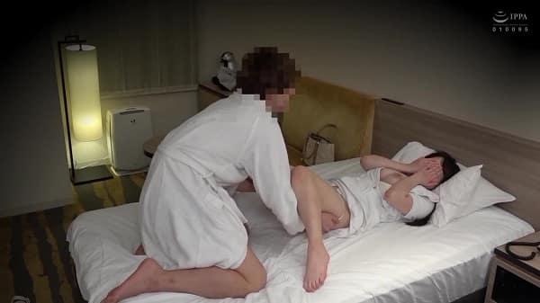 「ちょっと、ダメですよ…」ホテルで働く人妻マッサージ師を施術中に口説いたら押しに弱そうなので隠し撮りしながら爆乳揉みまくりwww