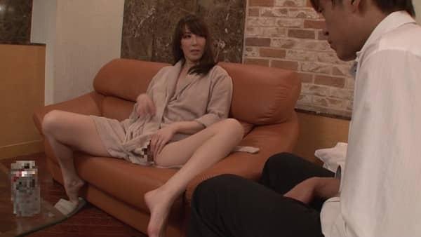 出張先で部下と相部屋になった人妻女上司が、自分のオナニー姿に欲情する部下を見て痴女化し中出しセックスしちゃう...澤村レイコ