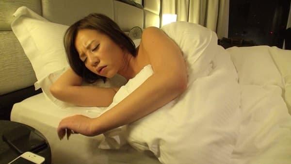 巨乳AV女優とAV監督が完全プライベートモードで一晩中ホテルでハメ撮りするドキュメンタリー映像