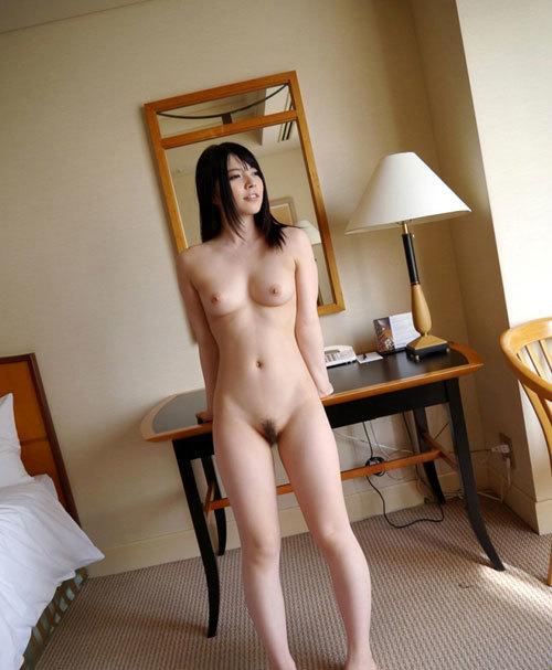 全裸でおっぱいとマン毛を丸出しの女子に興奮4