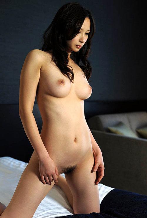 全裸でおっぱいとマン毛を丸出しの女子に興奮10