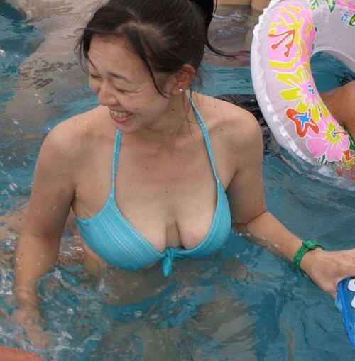熟女の水着姿はいかが?だらしない身体で大胆ビキニの素人おばさん 画像21枚
