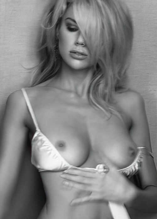 アメリカで人気のモデルで女優のシャーロット・マッキニーのモノクロヌード