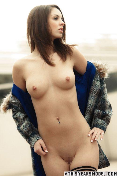 コートの前を開いたら…中は全裸!露出変態オヤジはイランけど、こんなスタイル抜群の激カワ美少女さんなら大歓迎だwwww # 外人エロ画像