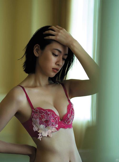 三吉彩花のガーター付きセクシー下着&美巨乳手ブラ