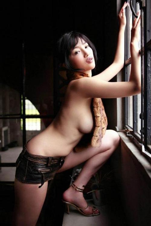 横乳たまらん!服からハミ出た巨乳の横パイエロ画像 51枚