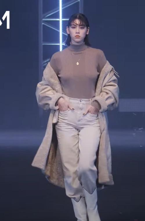 女優の三吉彩花の着衣オッパイがファッションショーでエロく揺れてるセクシーGIFや動画www