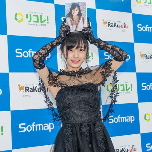 安藤咲桜オタク巨乳美少女のおっぱいの谷間30