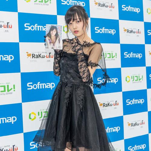 安藤咲桜オタク巨乳美少女のおっぱいの谷間31