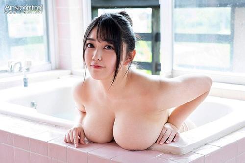 Hカップのアイドル兼グラドル能美真奈がさらにボヨンボヨンなボディとなった新作イメビを出すぞ!