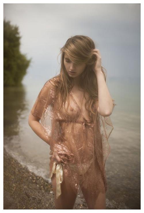 北欧の天使がセミヌードモデルに挑戦!まるで有名絵画から飛び出してきたリアルフェアリー!
