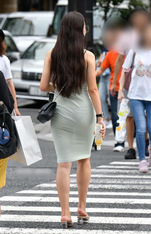 洋服がスケスケでおパンツが見えちゃってる街中の透けパンチラ画像