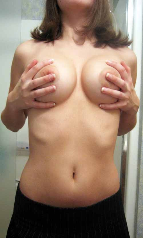 【海外の美大生】SNSに自撮りヌード画像アップしまくるH願望強すぎ少女の全裸写真47枚!
