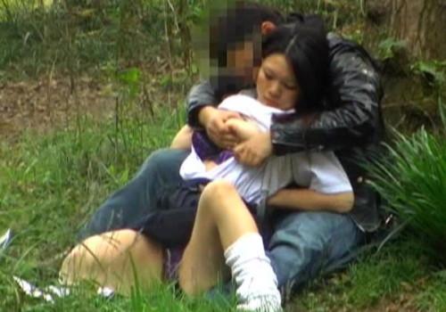 外で青姦しているカップルが発見されるwwwwwwwwwwwwwwww