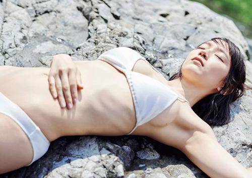 吉岡里帆、週刊プレイボーイの表紙で水着おっぱい!完全に脱ぎモードwww