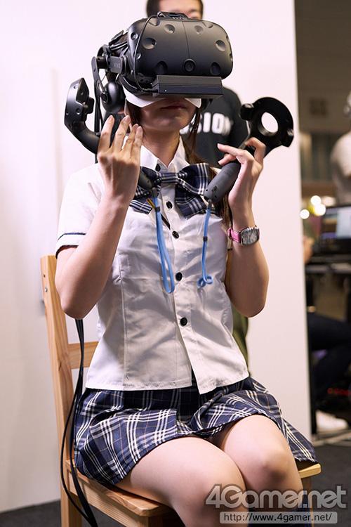 【画像】VRに熱中しているJK、エッチすぎる