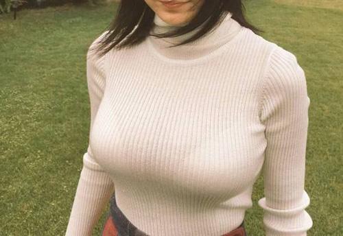 【画像】BSフジで巨乳セーター女子アナが映るwwww