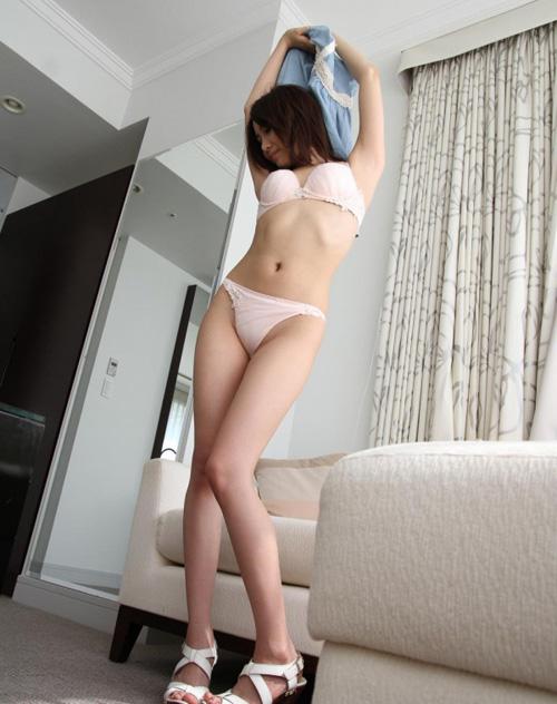 服を脱いでるスレンダー美女の脱衣エロ画像100枚