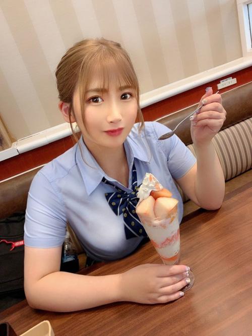 バスト100cmのJKが渋谷でパフェ食べてる