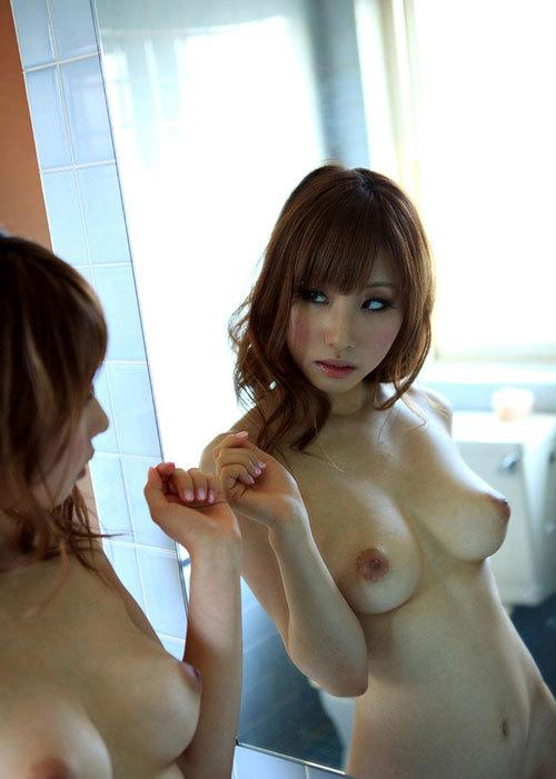 鏡に映ったおっぱいと生のおっぱいに興奮する2