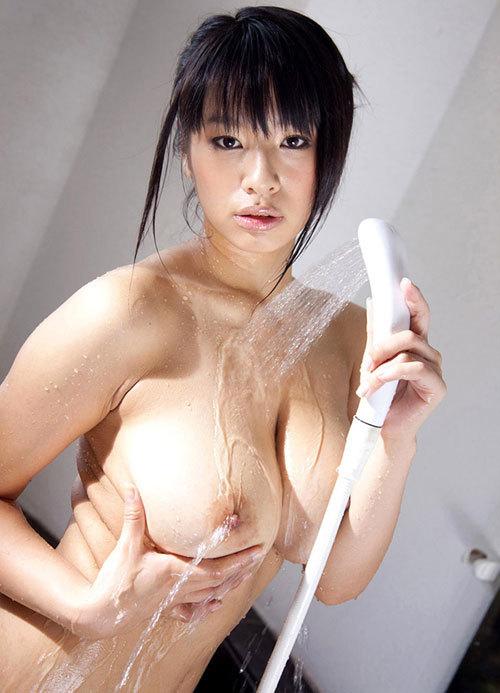 おっぱいにシャワーを当てて感じてるお姉さん16