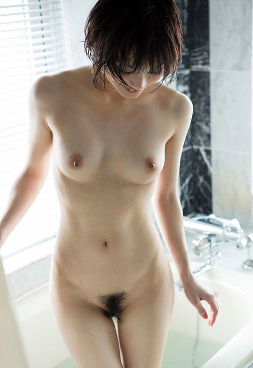 全裸女子の丸出しのおっぱいとマン毛に釘付け24