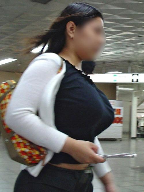 圧巻の爆乳を揺らしながら街を歩く、着衣巨乳の素人女性たちを街撮り