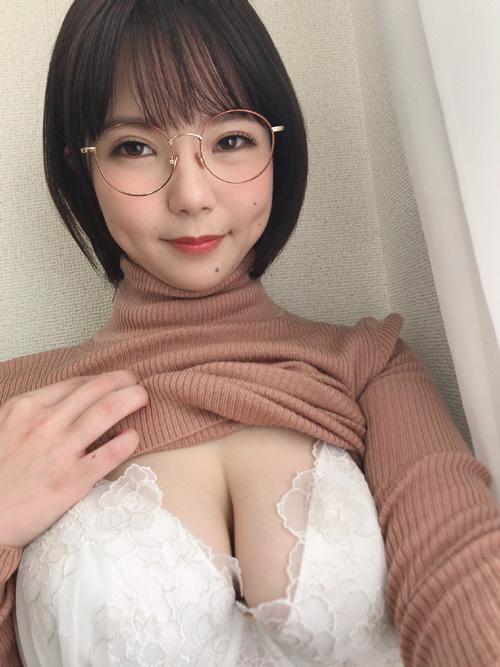 メガネ巨乳!初愛ねんね(ういねんね)が怒涛のAVラッシュ!
