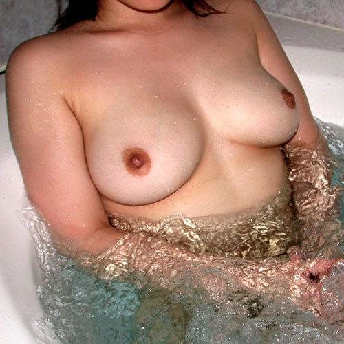 お風呂にはいっておっぱいを浮かべるお姉さん♪