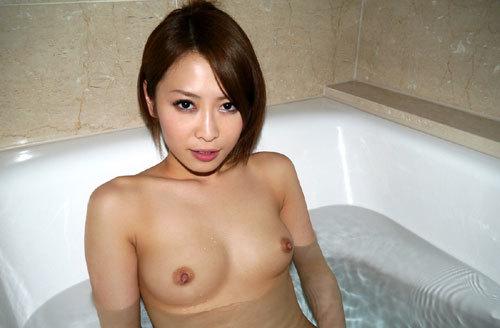 お風呂にはいっておっぱいを浮かべるお姉さん5