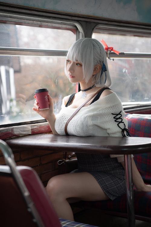 【悲報】エロ女さん、どっしりおっぱいを机に乗せてしまう