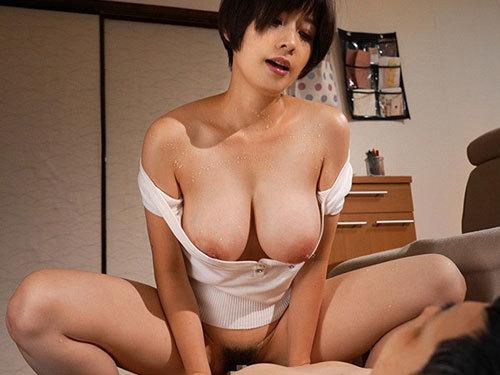 奥田咲 バイト先の巨乳奥さんがどスケベ過ぎて仕事よりもセックスが忙しい