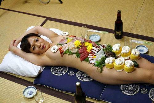 女体盛りでおっぱいつまみにワカメ酒飲みたい17