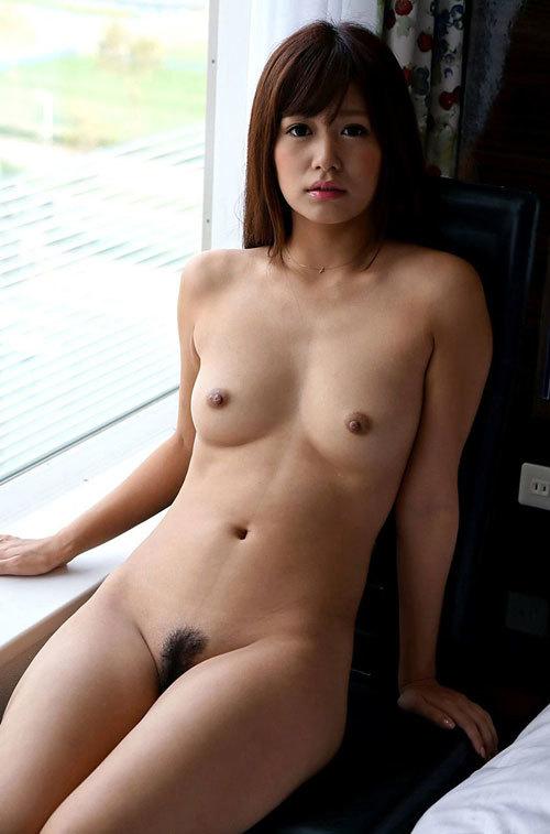 全裸でおっぱいとマン毛まで丸出しのお姉さん5