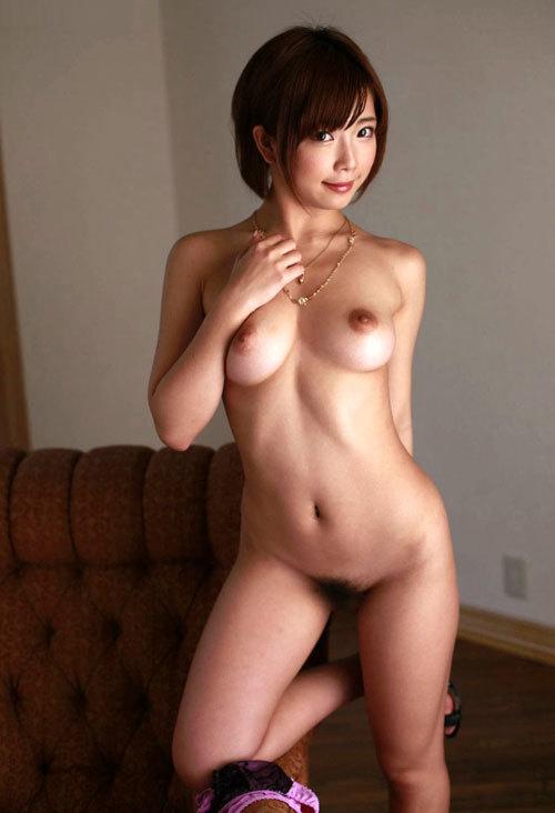 全裸でおっぱいとマン毛まで丸出しのお姉さん6
