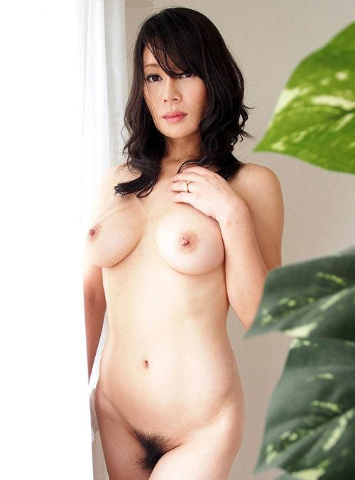 全裸でおっぱいとマン毛まで丸出しのお姉さん15