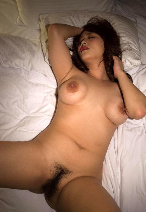 全裸でおっぱいとマン毛まで丸出しのお姉さん30