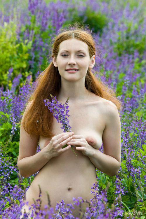 ロシアの花畑に降臨した全裸の色白女神様、赤マン毛でいらっしゃるwwww # 外人エロ画像