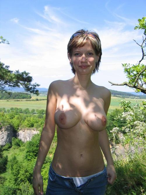 とある推定Fカップ巨乳妻のほぼ全裸で過ごした一日の記録写真16枚!