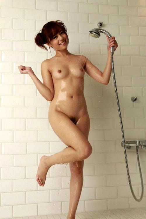 シャワーの水を弾き飛ばすピッチピチおっぱい24
