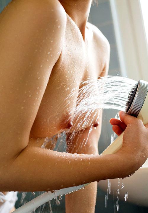 シャワーの水を弾き飛ばすピッチピチおっぱい26