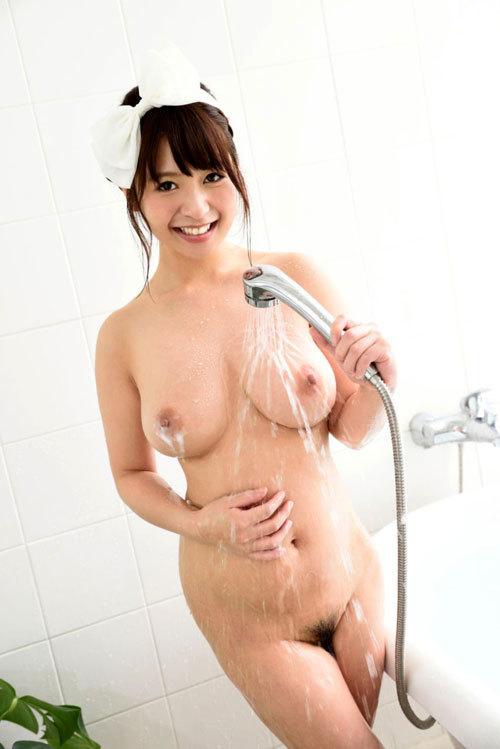 シャワーの水を弾き飛ばすピッチピチおっぱい29