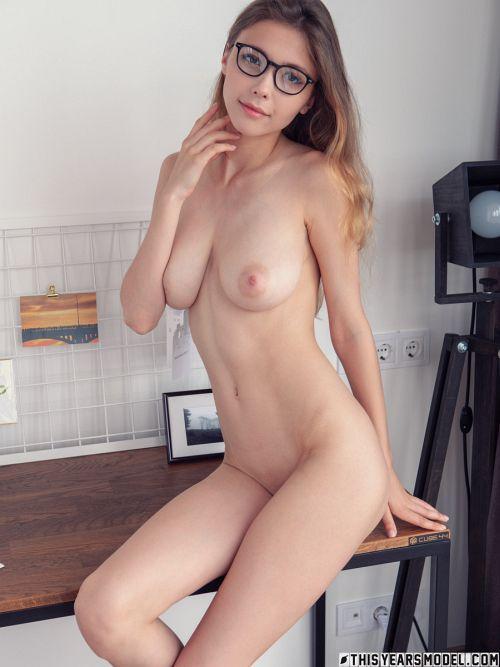 メガネのスレンダー垂れ巨乳美少女さん、事後感溢れるシャツ羽織りエロかわセクシーヌードwww # 外人エロ画像