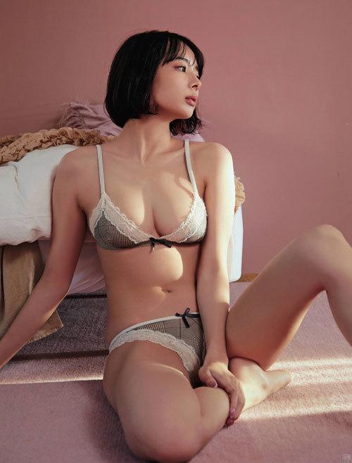 モデル 岡田紗佳のエッチなグラビア画像