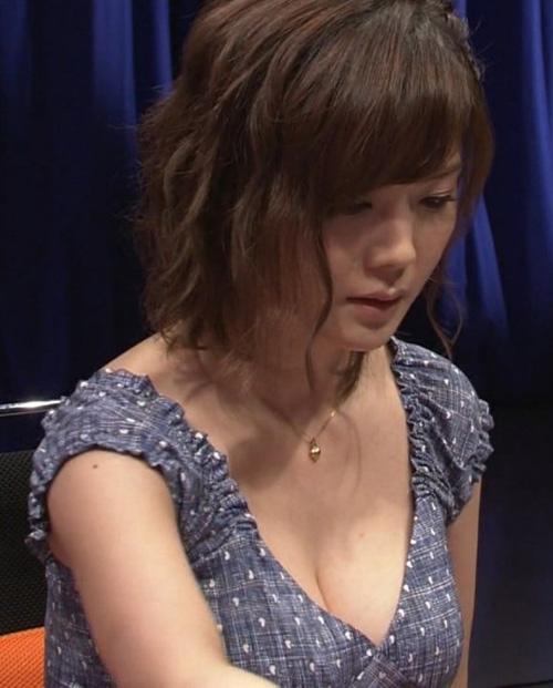 CSで巨乳すぎる麻雀プロ・高宮まり(32)の谷間チラ