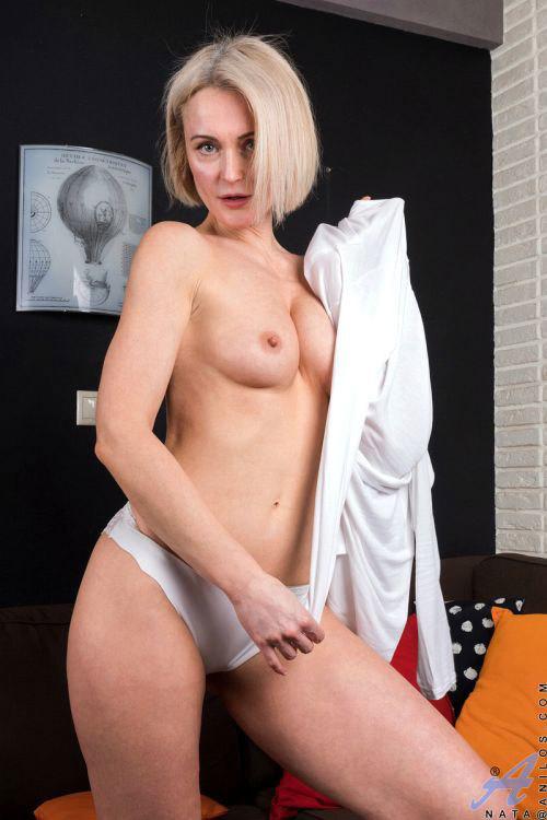 ロシアのバツイチ金髪美熟女さん、欲求不満が高じて掃除中に突然発情!乳首は既にビンビンwパンストを巧みに使ってオ○ニーww # 外人エロ画像と動画