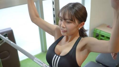 ミスヤングマガジン爆乳JD寺本莉緒(19)トレーニング中のスポブラおっぱい大胸筋のハリが凄いww