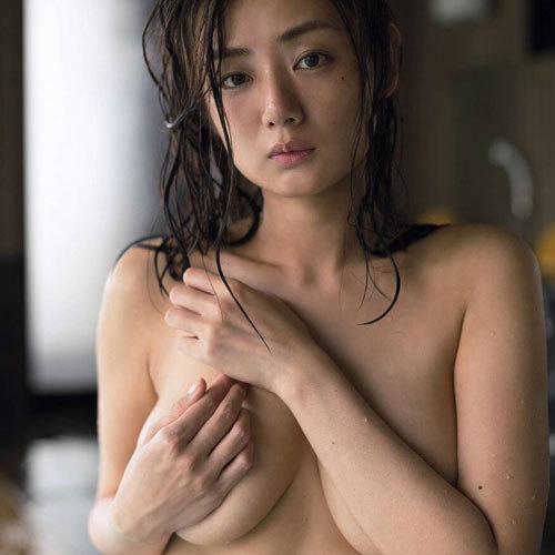 片山萌美 手ブラで隠しきれないおっぱいが横からはみ出しちゃって超興奮